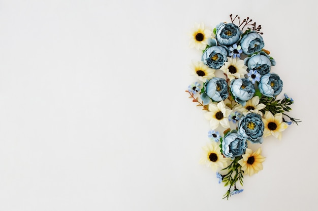 白地にブルーの牡丹の花の芽から成っている花のフレームの花輪 無料写真