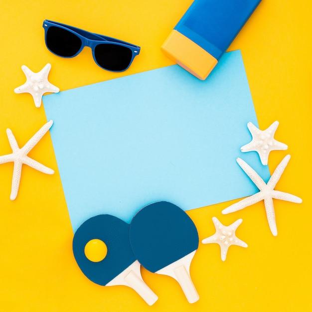 夏の作曲ヒトデ、サングラス、パステルイエローの青い空枠 無料写真