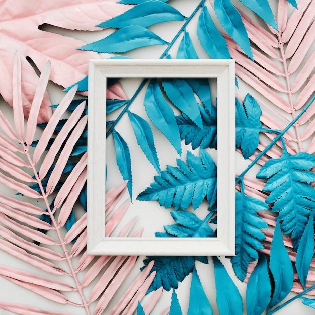 エキゾチックな塗装熱帯ヤシの葉と熱帯の明るいカラフルな背景 無料写真