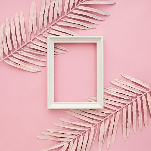 Розовые границы листья на розовом фоне с пустой рамкой Бесплатные Фотографии