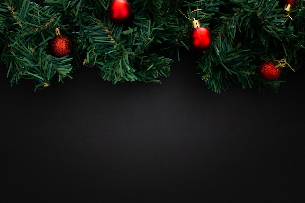 黒の木製の背景にクリスマス要素 無料写真