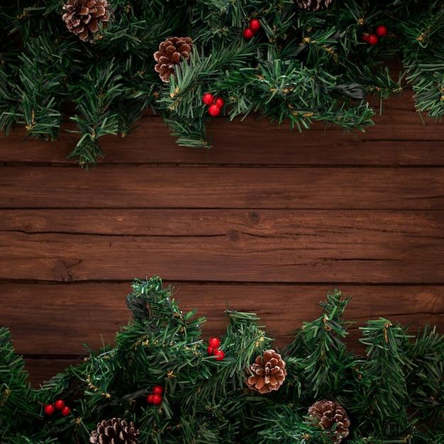 木製の背景にクリスマスツリーの枝 無料写真
