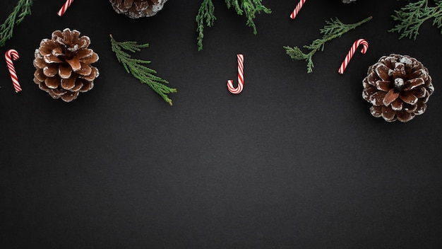 黒の背景にクリスマスの要素 無料写真