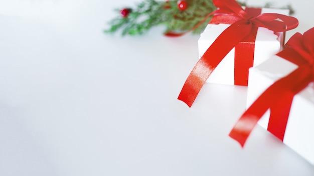 白い背景の上のクリスマス組成 無料写真