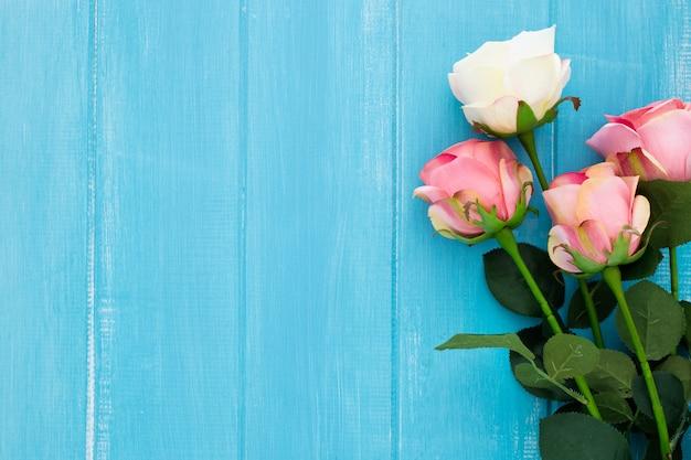 Красивые розы на синем деревянном с копией темпа Бесплатные Фотографии