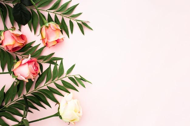 Романтическая композиция из роз и пальмовых листьев Бесплатные Фотографии