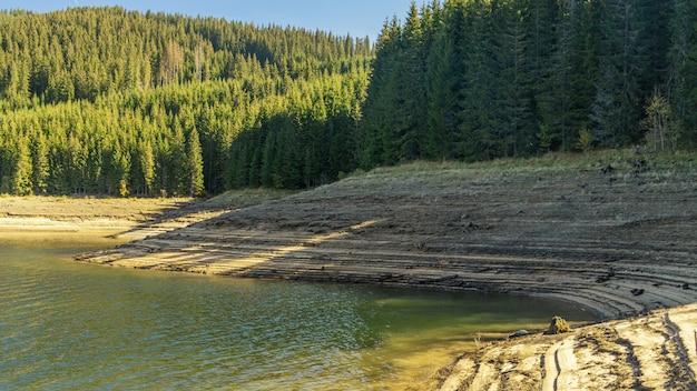 Многослойный берег озера Premium Фотографии