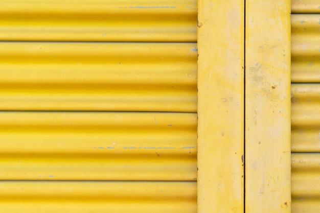 黄色いスチールドア、美しいプロポーション。 Premium写真