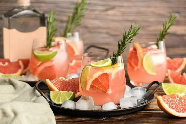 Свежий грейпфрут и лаймовый коктейль Premium Фотографии