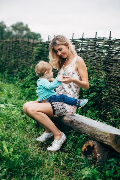 散歩に彼女の息子を持つ母 Premium写真