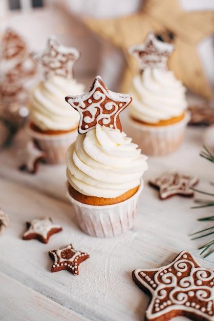 Рождественские вкусные кексы украшены пряничной звездой. Premium Фотографии