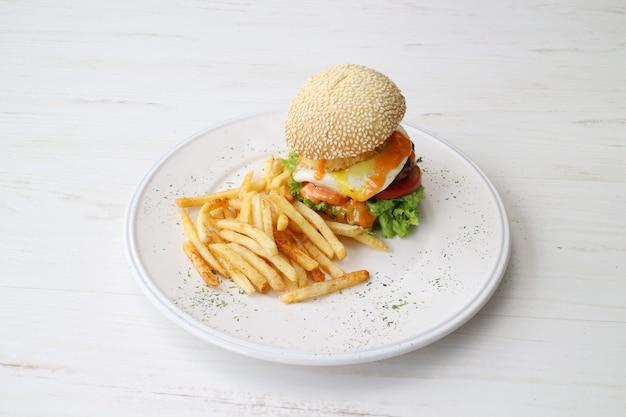 フライドポテトのハンバーガー Premium写真