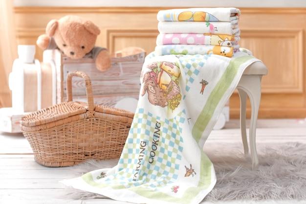 テディベア竹かご付き子供用タオル Premium写真