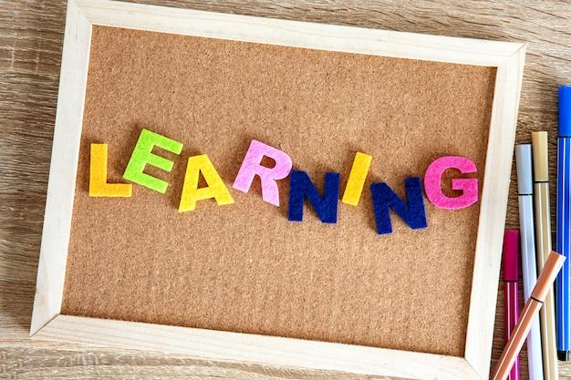 ピンボードの背景に学習単語のアルファベット Premium写真