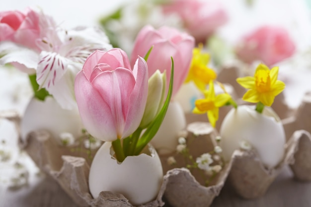 Пасхальное украшение цветами Premium Фотографии