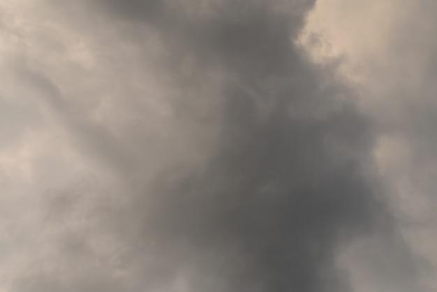 雷嵐の背景の前に灰色の曇り空 Premium写真