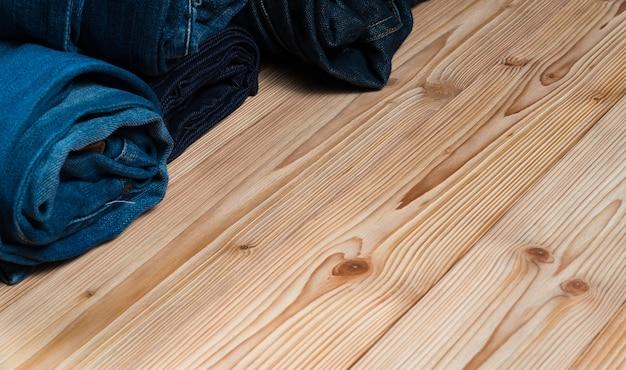 擦り切れたジーンズやブルージーンズデニムコレクションの木 Premium写真