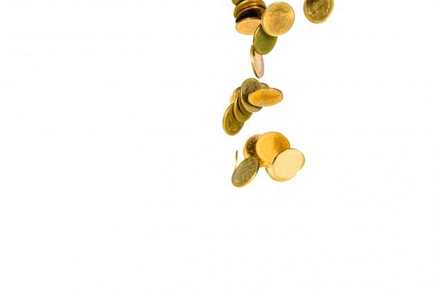 Движение падающей золотой монеты на белом Premium Фотографии