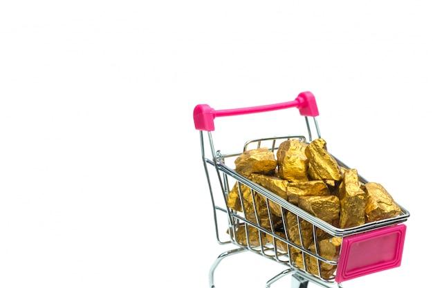 ショッピングカートまたはスーパーマーケットのトロリーに金塊または金鉱石の山 Premium写真