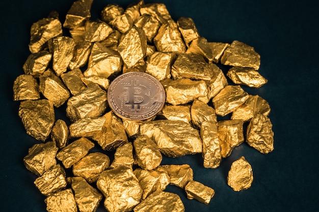 ビットコインデジタル通貨と金ナゲットまたは金鉱石のクローズアップ Premium写真