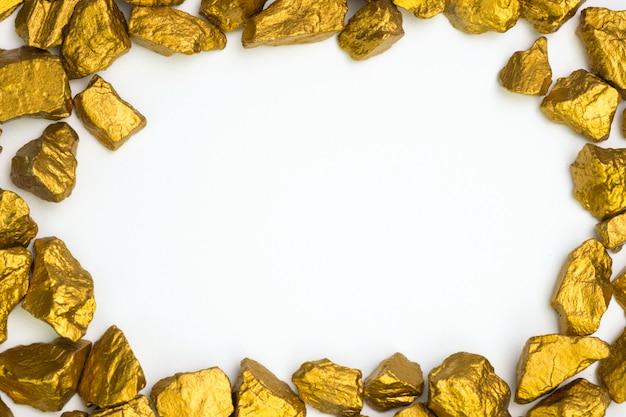 金ナゲットまたは白の金鉱石の山 Premium写真