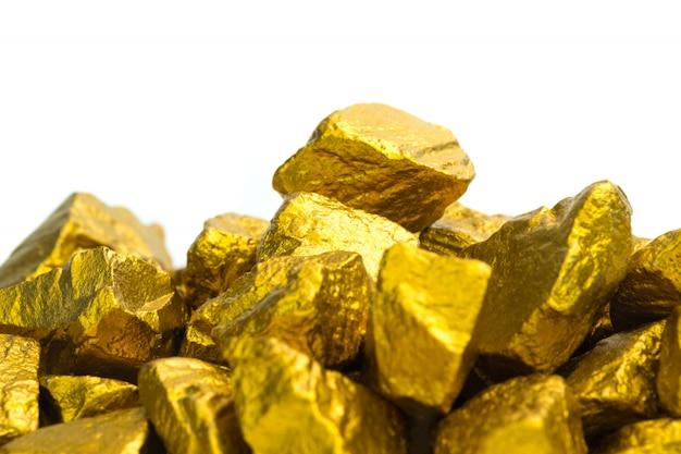 金ナゲットまたは白い背景の上の金鉱石 Premium写真