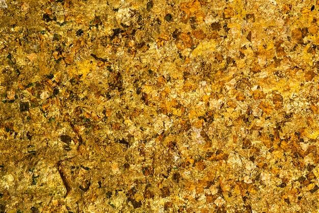 光沢のある黄色の金箔または金箔背景テクスチャのスクラップ Premium写真