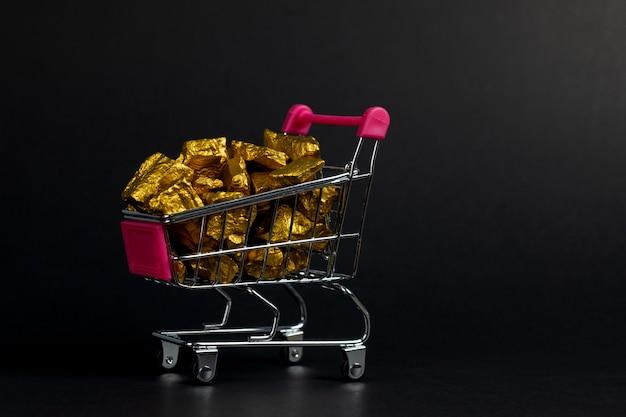 Куча золотых самородков в тележке Premium Фотографии