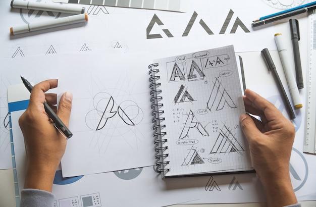 Графический дизайнер эскиз дизайна логотипа Premium Фотографии