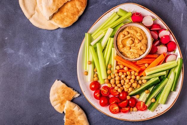 新鮮な生野菜のフムス Premium写真