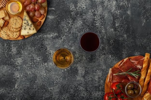 チーズと肉の前菜の選択、トップビュー。 Premium写真