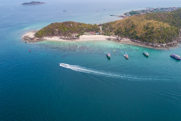海の波、ビーチ、岩が多い海岸線と美しい森の空中平面図。 Premium写真