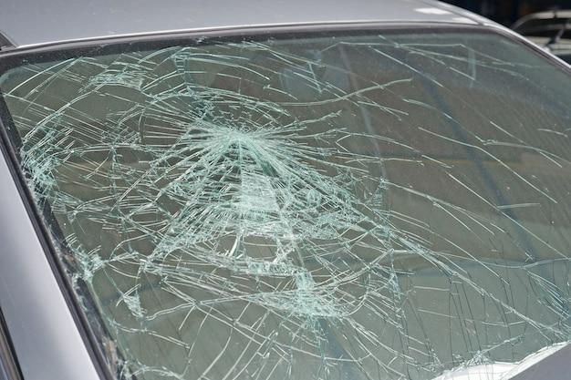 壊れた車のフロントガラス。車の事故 Premium写真