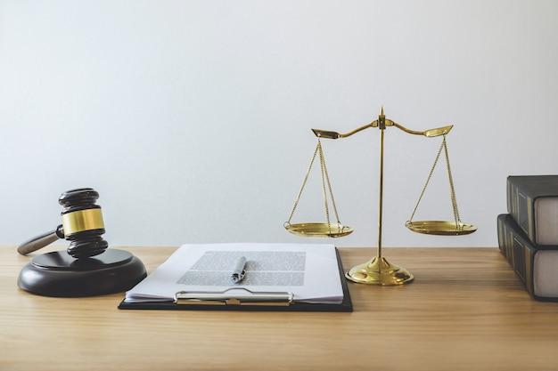ジャッジと働くことへの探知ブロック、目的および法律の本に関する正義と小槌のスケール Premium写真