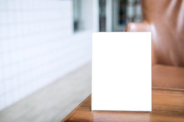 コーヒーショップのテーブルの上の空白のメニューフレーム表示のテキストを表す Premium写真