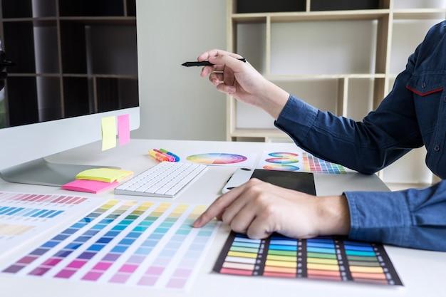 色の選択と色見本に取り組んでいるクリエイティブグラフィックデザイナー Premium写真