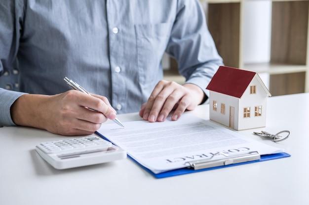 Бизнесмен работает делает финансы и расчет стоимости инвестиций в недвижимость Premium Фотографии