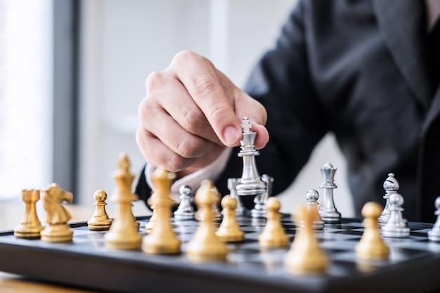 ビジネスマンの開発分析の新しい戦略計画、リーダーとチームワークにチェス Premium写真