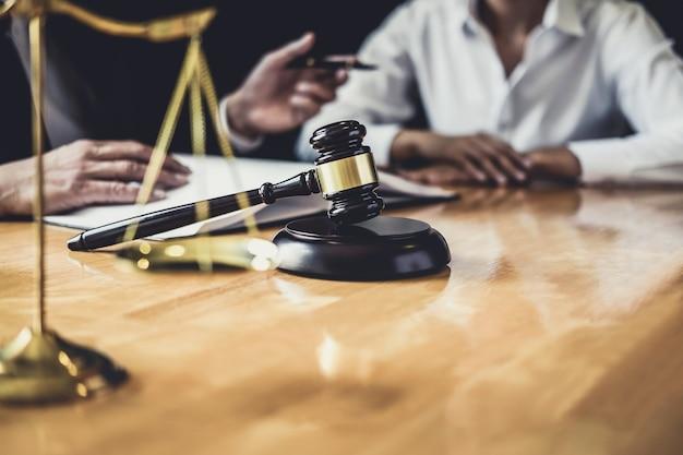 法廷で働く弁護士が依頼人と面会して契約書との相談 Premium写真