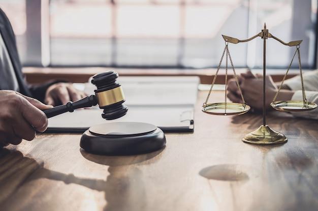 Юрист или судья проконсультироваться с командой встреча с клиентом предприниматель Premium Фотографии