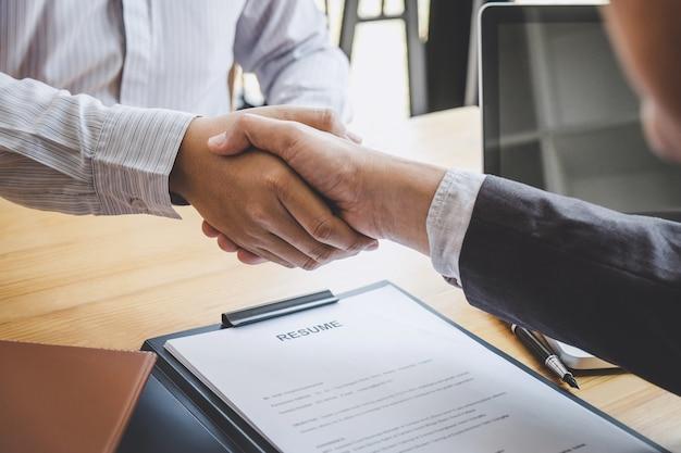 Рукопожатие во время собеседования, кандидат пожимает руку интервьюеру после собеседования Premium Фотографии
