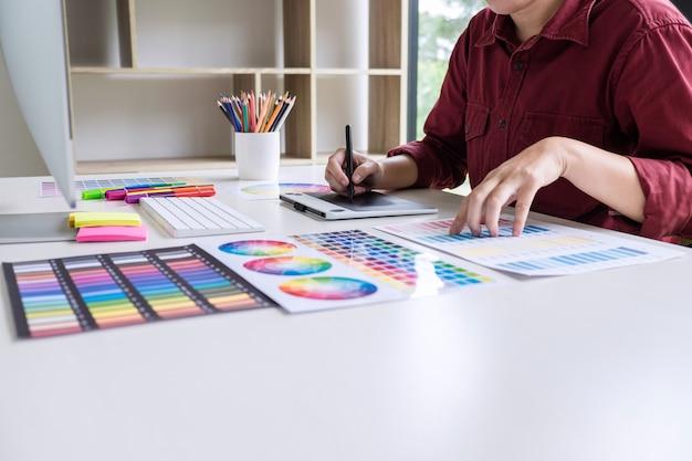 色選択に取り組んでいると職場でグラフィックタブレットに描画クリエイティブグラフィックデザイナー Premium写真