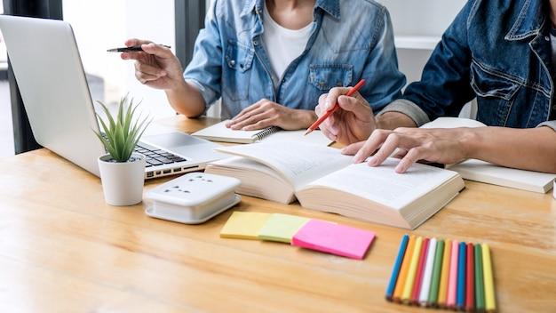 勉強や読書、宿題や授業の練習をする準備をする図書館の先生グループ Premium写真