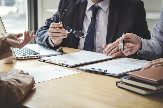 Деловая женщина объясняет о профиле двум приемным комиссиям, сидящим во время собеседования Premium Фотографии