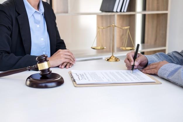 女性弁護士と女性顧客の相談 Premium写真