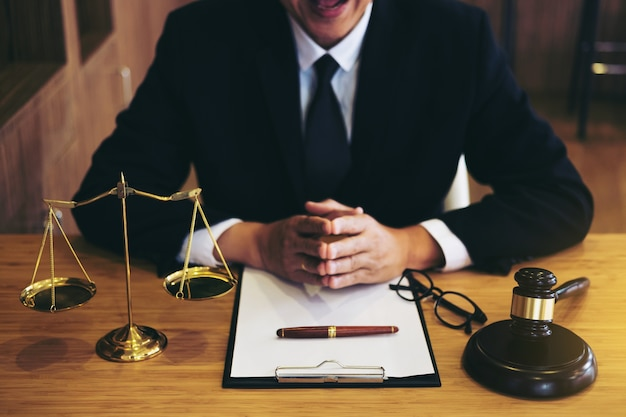 ドキュメントに取り組んでいるスーツや弁護士のビジネスマン。法律 Premium写真