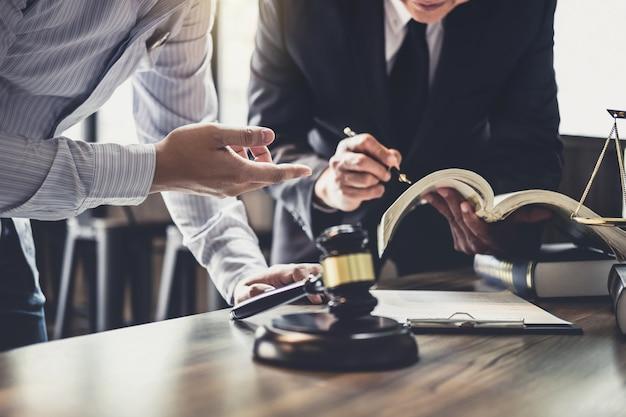 チームミーティングをしているビジネスマンと男性弁護士または裁判カウンセラーの相談 Premium写真