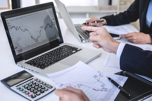 Бизнес коллеги обсуждают и анализируют график биржевой торговли Premium Фотографии