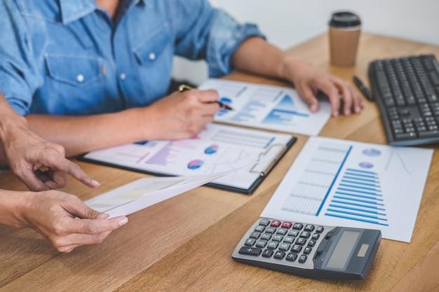 新しいスタートアッププロジェクト、ディスカッション、分析データを扱うビジネスチーム会議 Premium写真