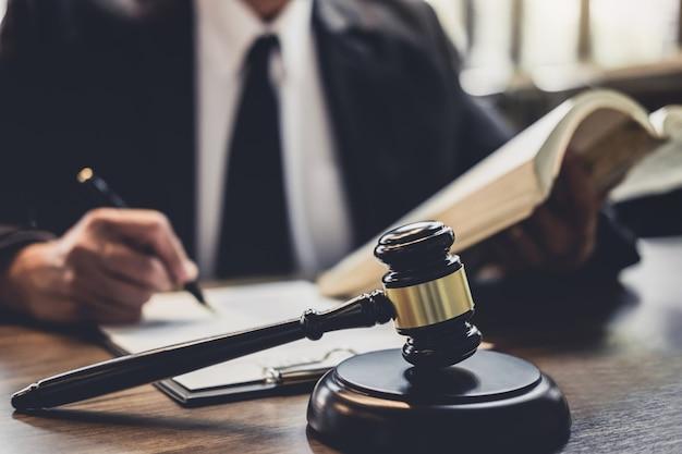 法廷での契約契約に取り組んでいる弁護士または裁判官カウンセラー Premium写真